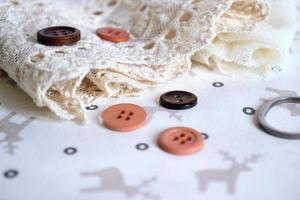 tesoura e botões com fita de renda