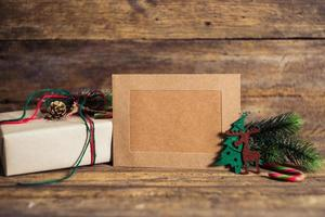 caixa de presente de natal com cartões em um fundo de madeira foto