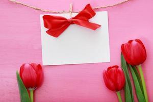 cartão de mensagem com tulipas vermelhas