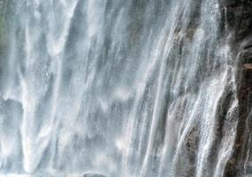 poderosa torrente de água caindo em um penhasco