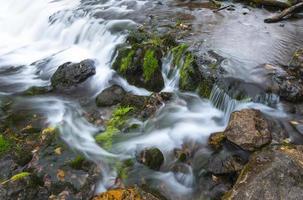 riacho fluindo foto