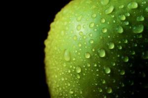 close-up de gotas de água na maçã verde foto