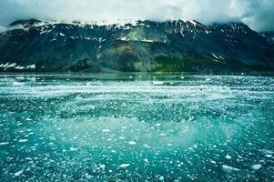 baía glaciar nas montanhas, alaska, estados unidos