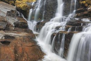 cachoeira mae-klang no parque nacional doi inthanon, chiang mai