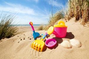 brinquedos de praia de verão na areia foto