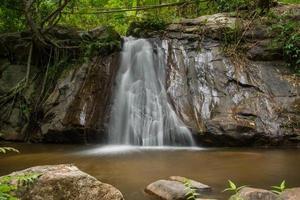 Cachoeira do Gutorgo na província de Tak. Tailândia foto