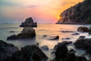 a paisagem marinha com pôr do sol foto