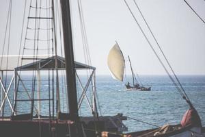 veleiro de madeira (dhow) nas águas azul-turquesa de Zanzibar