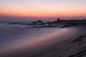 anoitecer em uma praia em sithonia, gizidiki, grécia