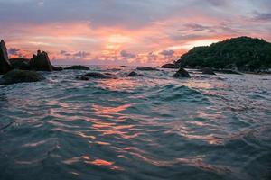 pôr do sol e nascer do sol na baía de cristal, samui, tailândia