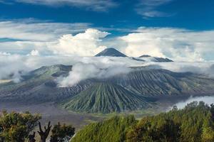 panorama dos vulcões monte bromo e batok foto