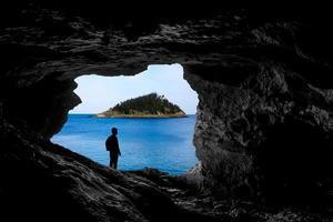 vistas da caverna para a ilha foto