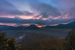 pôr do sol em mt. bromo indonésia foto