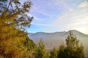 montanha do vulcão bromo no parque nacional tengger semeru, jav leste foto