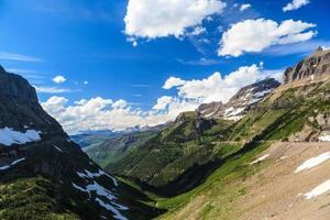 vista da paisagem no parque nacional da geleira em logan pass foto