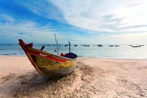 barco de pesca solitário foto