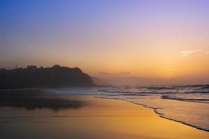 praia sopelana ao pôr do sol