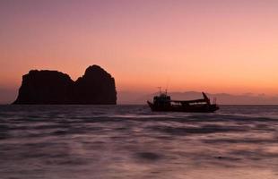 pôr do sol na praia da ilha koh ngai da tailândia foto