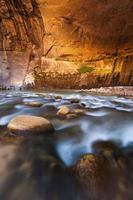 parede de arenito nos estreitos, parque nacional de zion, utah