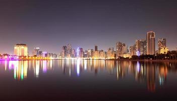horizonte da cidade de Sharjah à noite foto