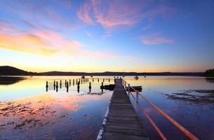 reflexos coloridos do pôr do sol e da água em yattalunga austrália foto