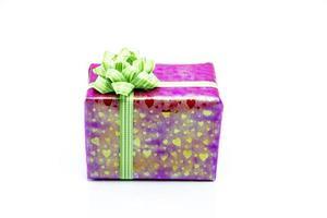 caixa de presente rosa com laço de fita verde foto