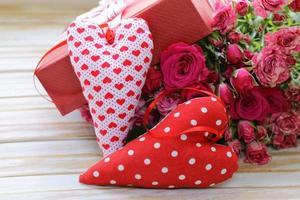 buquê de rosas com caixa de presente em um fundo de madeira foto