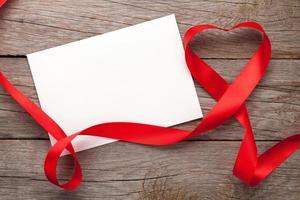 moldura de foto ou cartão-presente com fita em forma de coração de dia dos namorados