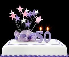 bolo de aniversário de 50 anos roxo e branco foto