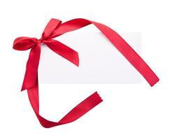 nota de cartão com fita vermelha em fundo branco foto