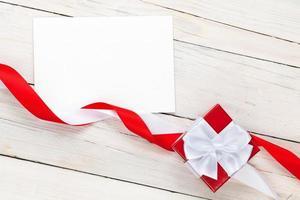 cartão com moldura de foto e caixa de presente com fita