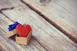 caixa de presente com fita azul e coração vermelho foto