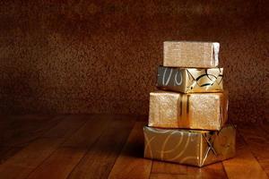 caixa de presente em papel de embrulho dourado com fita foto
