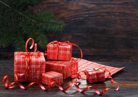 caixa de presente de natal em um fundo de madeira foto