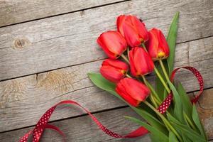 buquê de tulipas vermelhas frescas foto