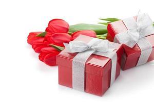 tulipas vermelhas frescas com caixas de presente foto