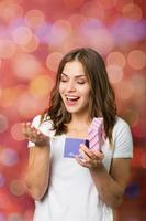 linda garota com uma caixa de presente