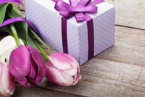 buquê de tulipas frescas e caixa de presente foto