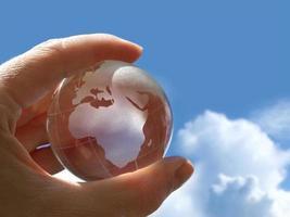 segurando globo