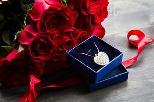 dia dos namorados rosas vermelhas e caixa de presente foto