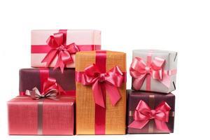 caixas com presentes isolados no fundo branco foto