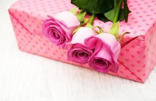 rosas cor de rosa e caixa de presente
