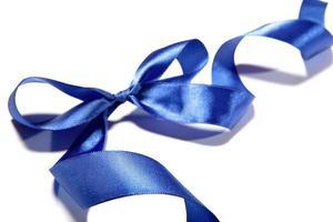 fita de tecido azul e arco em fundo branco