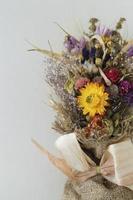 ramo de flores secas sobre fundo cinza