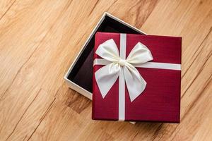 caixa de presente aberta vazia foto