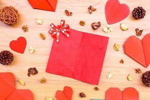 papel em formato de coração vermelho na mesa de madeira
