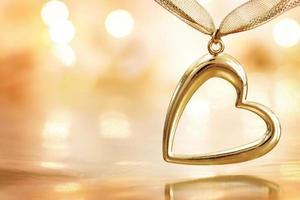coração dourado em fundo de luzes tremeluzentes