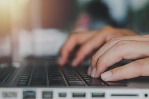 digitando em um teclado de laptop foto