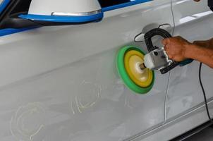 homem polindo carro foto