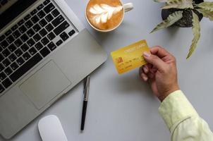 mão segurando cartão de crédito foto